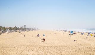 Une plage large sous un soleil bleu