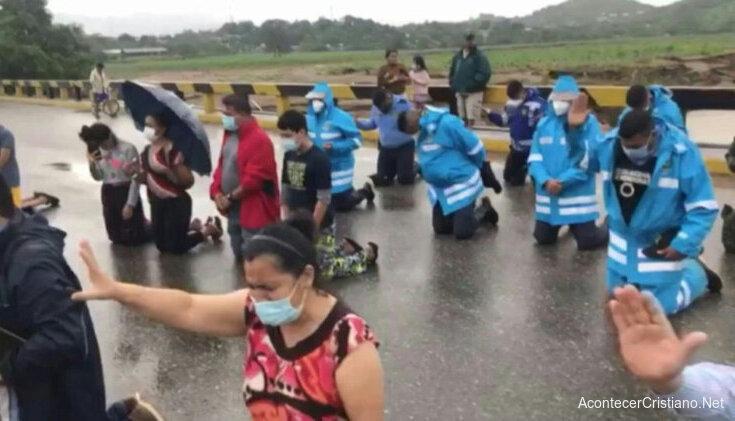 Oración en puente cristianos en Honduras