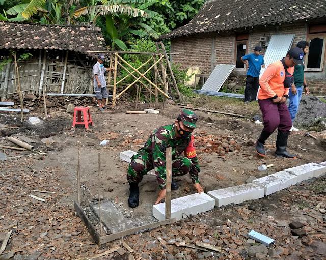 Koramil 11/Widodaren Bersama Masyarakat Gotong - Royong Bangun Rumah Warga