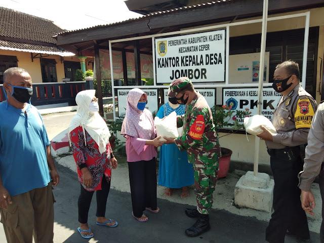 Bansos Hari Bhayangkara Ke 74 Babinsa Koramil 23/Ceper Bersama Bhabinkamtibmas Serahkan Sembako
