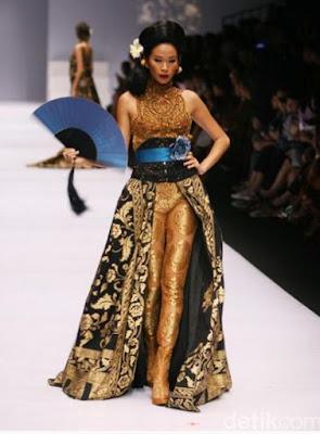 Baju Kebaya Batik Coklat Emas Trend 2017 Anne Avantie Terbaru