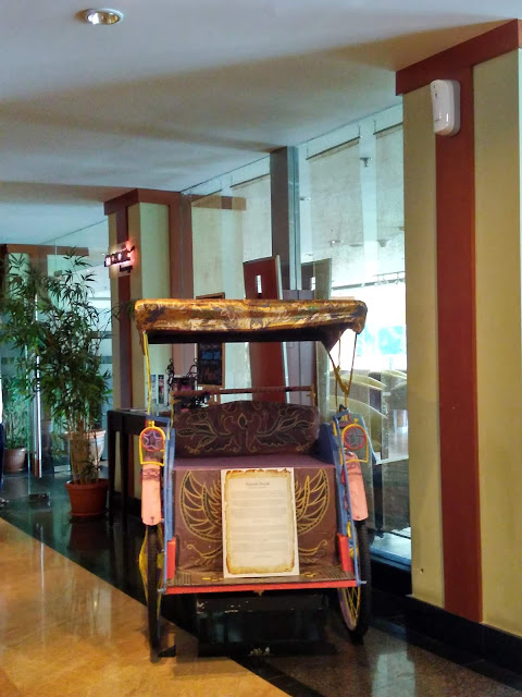 Becak di salah satu sudut hotel