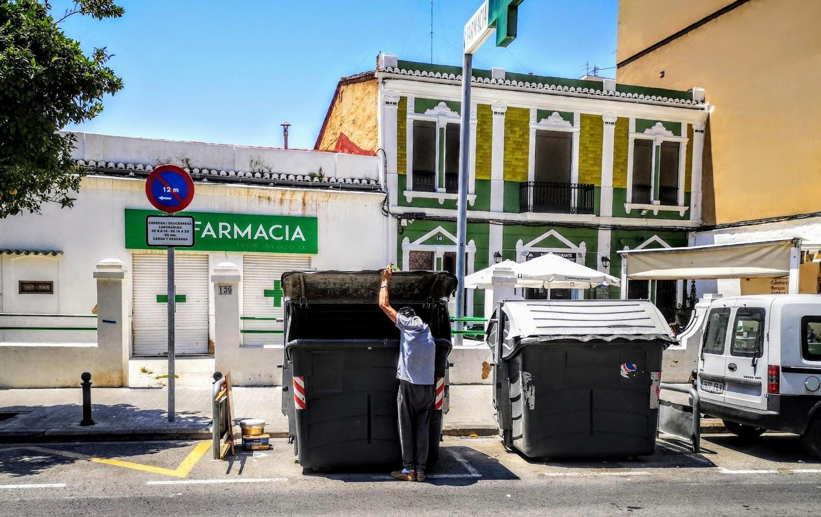 4cb86875c Indigente rebuscando en los contenedores de basura en la Avenida Burjassot  del barrio obrero de Benicalap - Valencia - El paisaje que no quieren ver  los ...