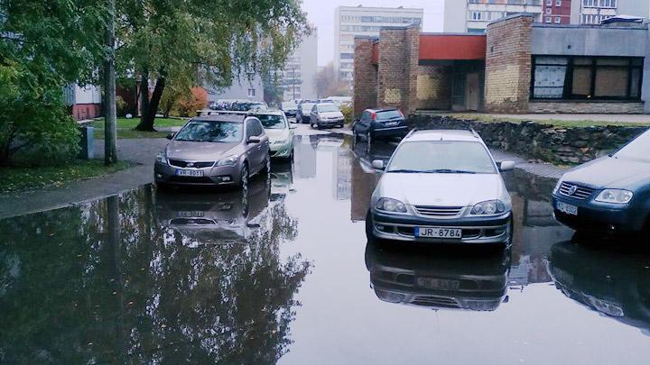 Intensīva lietus rezultātā applūst iela Pļavniekos