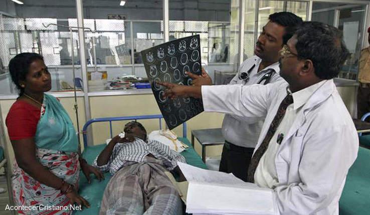 Médicos hindúes con paciente