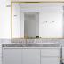 Banheiro cinza com metais dourados + porcelanato granilite nas paredes e bancada!