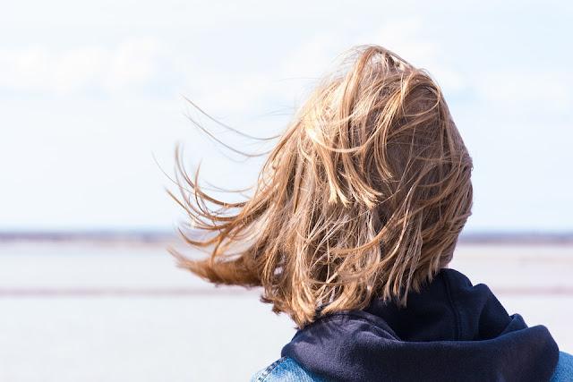saç bakım yağları uygulayarak yanık saçlarını kurtaran kadın