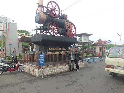 Foto Di Tugu Stasiun KA Yogyakarta
