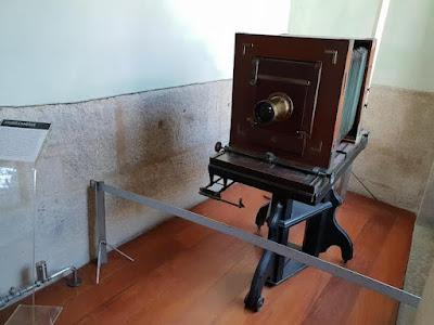 Câmera fotográfica antiga e gigante