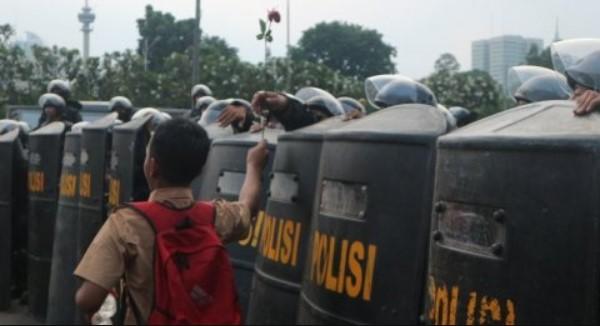 Diajak Salaman, Anak STM Bentak Polisi: Bela Rakyat Apa Bela DPR Lo?
