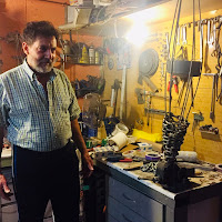 Vladimir Higueras Pascual en su taller. Su última obra gestando.