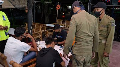 TNI dan Polri Bersama Satpol PP Gelar Razia Penggunaan Masker di Warkop