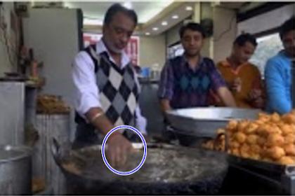 Waww Luar Biasa!! Bapak Penjual Gorengan Ini Punya Kebiasaan Menggoreng Dalam Minyak Panas Menggunakan Tangan Kosong.[[ BERIKUT VIDEONYA ]]