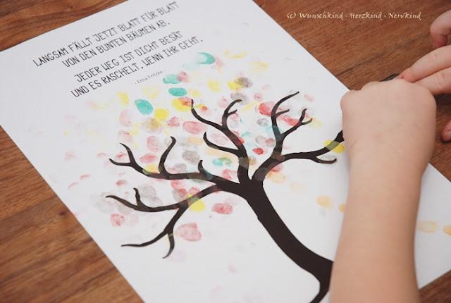 Ein Herbstbaum mit Fingerstempeln und dazu habe ich für euch eine kostenlose Vorlage mit einem schönen Herbstspruch. Basteln mit Kindern im Herbst.