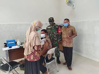 Babinsa Dampingi Pemberian Vaksin Bagi Petinggi Desa
