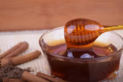 Home treatment for hemorrhoids with honey mixture