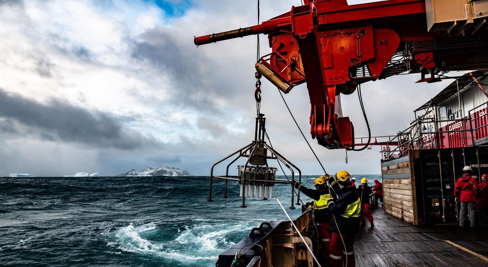 Foto von Arbeitern an Bord der Polarstern