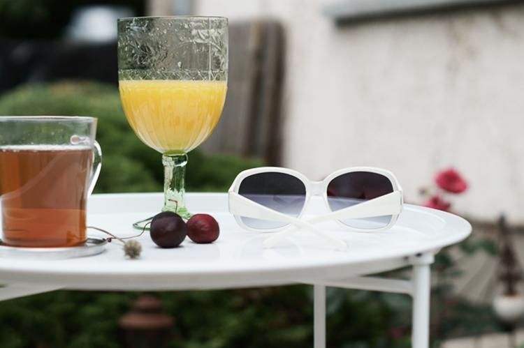 weiße Sonnenbrille mit Getränken auf einem weißen Tablett { by it's me! }