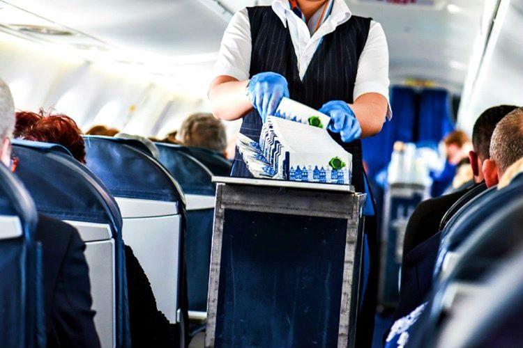 Çöpünüzü atmak için uçak çöp konteyneri ile yanınıza gelecek görevliyi beklemelisiniz.
