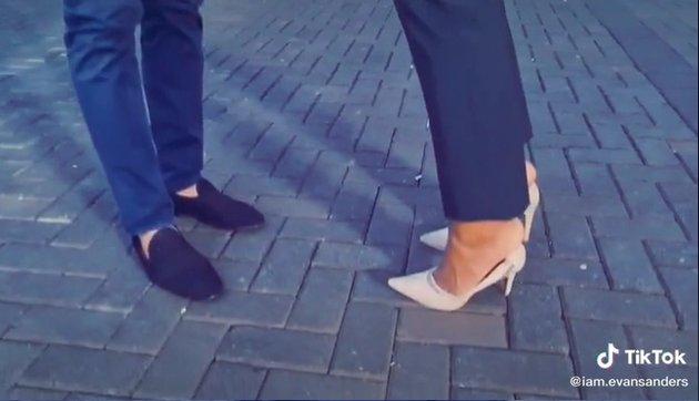 Melihat saling perdebatan diantara kedua aktor ini, rupanya Arya Saloka memakai high heels perempuan berwarna krem.