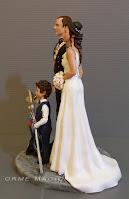 top cake tops con divisa da gala  statuine sposi con bambino personalizzati orme magiche