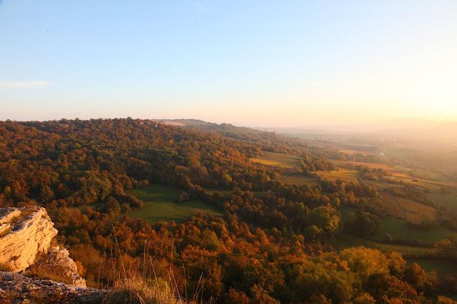 Vue sur Nolay, Bourgogne, juste avant l'heure dorée. (C) Greg Clouzeau