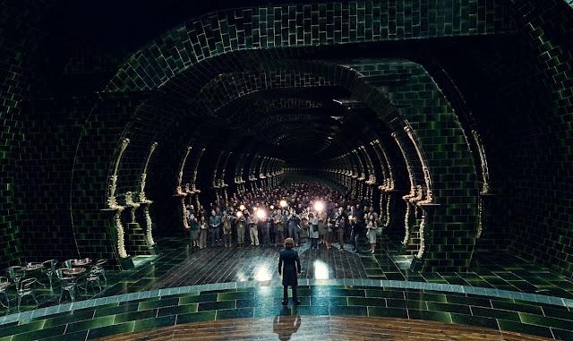 Руфъс Скримджър пред репортери в Министерството на магията в Хари Потър и даровете на смъртта