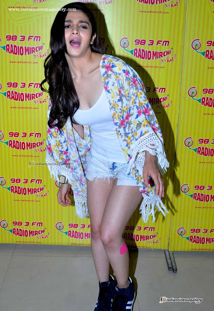 Actress Alia Bhatt Cleavage and Navel Actress Trend