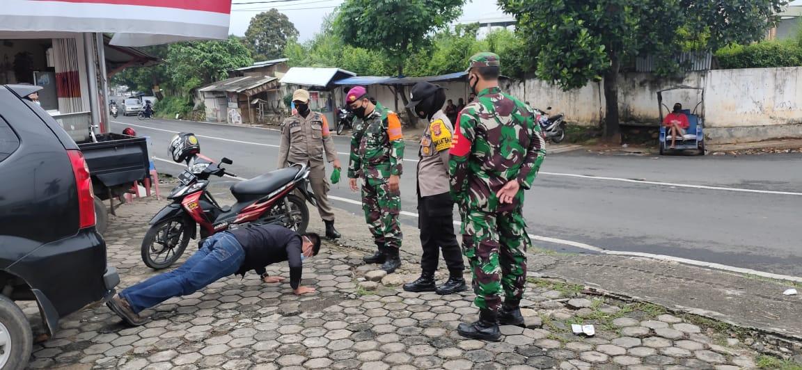 Serda GagukTriatno Babinsa Sepang Jaya bersama sejumlah personel satuan Tugas penanganan dan pencegahan Covid-19 melakukan upaya pencegahan penyebaran Virus Covid-19 di jalan Untung Suropati