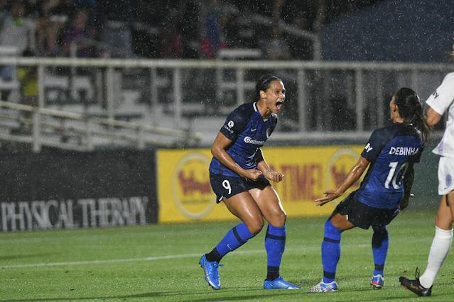 Debinha participou de três gols da goleada do North Carolina Courage