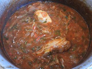 Tocanita de ceapa cu pui la ceaun reteta de casa taraneasca cu ardei si sos tomat de bulion retete mancare tocana tocanite traditionale romanesti,