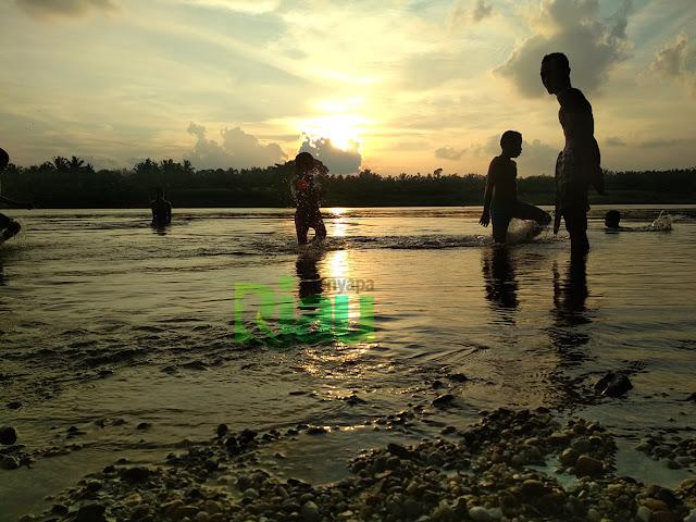 pantai kerikil di desa aur sati kecamatan tambang kampar