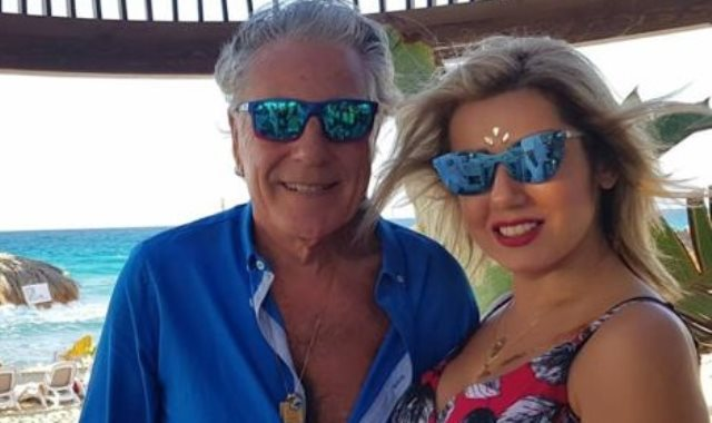 مصطفى فهمى وزوجته يستمتعان باجازة الصيف على البحر