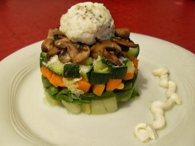 Timbal de verduras con champiñones y huevo poché.