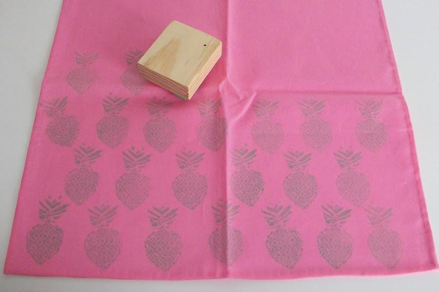 Estampar servilletas con un sello de piña
