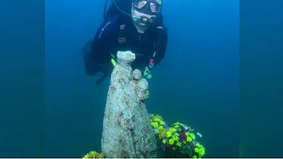imagem de Nossa Senhora submersa no mar