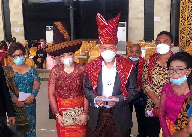 Jalani Upacara Adat, Henry Indraguna dan Sang Istri Mendapat Marga Suku Batak