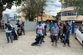 """PA' QUE RESPETEN!!! Fiscalías provinciales envían a recoger basuras y desperdicios en las calles a quienes son apresados por violar toque de queda. """"El Internacional"""""""