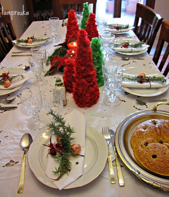 Στρώσιμο και διακόσμηση γιορτινού τραπεζιού.