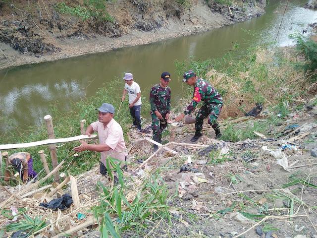 Antisipasi Banjir, Babinsa Cawas Bersama Warga adakan Kerja Bakti Perbaiki Tanggul