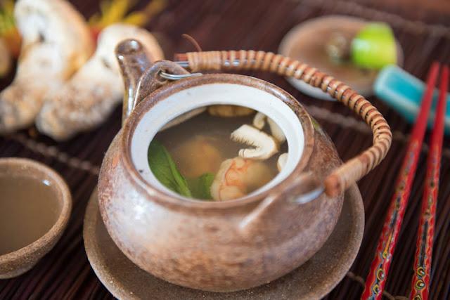 Một trong những món ăn hấp dẫn, tượng trưng cho ẩm thực mùa thu là một món súp nấm thịnh soạn được gọi là Matsutake dobin mushi. Các món ăn được phục vụ trong một ấm trà bằng đất sét gọi là dobin, bằng cách đổ nước dùng vào một chén nhỏ và chọn ra các loại rau để thưởng thức.     Các món súp gồm cá ngừ, rau theo mùa, thịt gà hoặc tôm, nấm thông thơm gọi matsutake, trong đó đóng góp một hương vị khói độc đáo. Món này sẽ ngon hơn khi dùng kèm với một vài giọt chanh, như yuzu hoặc trái cây sudachi xanh da.