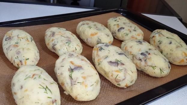 Очень вкусный запеченный картофель с грибами и чесноком: сытно, просто, быстро