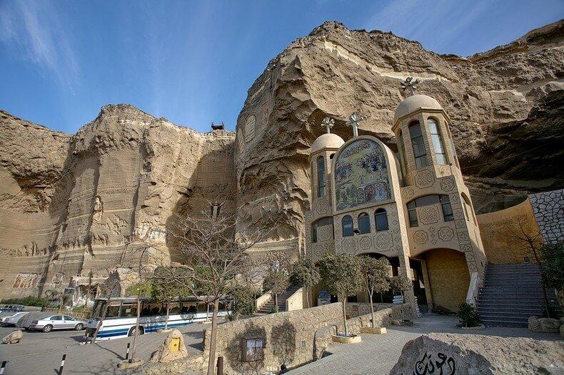 Gereja Gua di Mesir Menarik 70.000 Orang Kristen Setiap Minggu Untuk beribadah kepada Tuhan.
