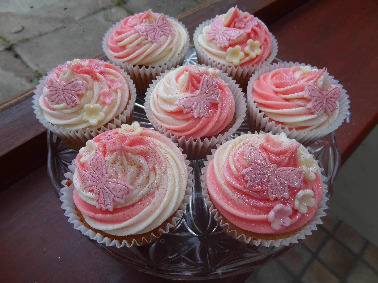 Adventures in Cake: Double icing swirly whirly girly cupcakes