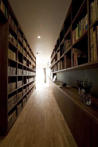 どうせ廊下を作るなら書斎、勉強机、ワークスペース、収納、ヌーク、画廊、図書館、カウンターバー等の機能を併せ持つマルチ廊下が良い,If you want to make a corridor anyway then recommend a multi-corridor that has functions such as study desk and work space or storage or nook or gallery or library or counter bar,如果家宅内有走廊那么可作为兼用书房和儿童学习用座椅或操作台或储存柜或读书区或画廊或图书馆或喝酒柜台等多功能走廊才算棒