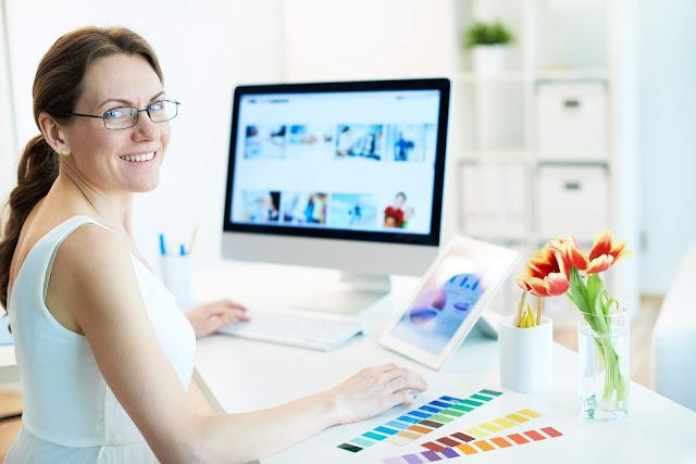 Bekerja sebagai Graphic Designer