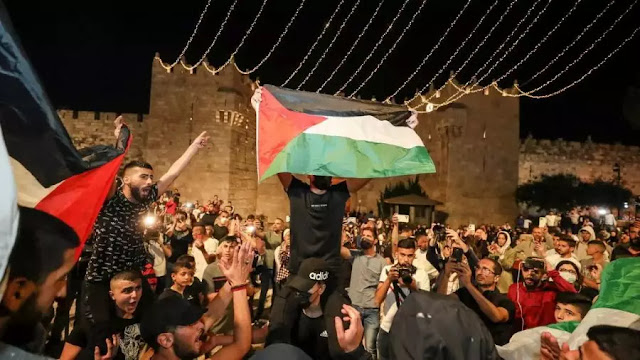 Palestinos comemoram a retirada das barreiras que os impediam de comemorar o Ramadã no Portão de Damasco, que dá acesso à Cidade Velha de Jerusalém, após dias consecutivos de protestos, 25/04/2021. Foto: Ammar Awa/Reuters