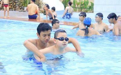 Sử dụng kính bơi cho trẻ