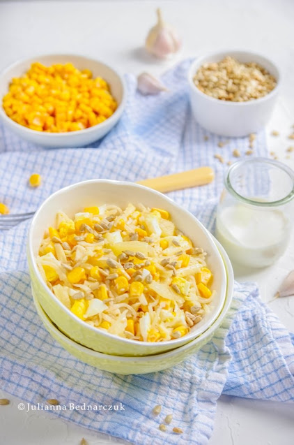 Żółta sałatka - z ananasem, selerem, kukurydzą