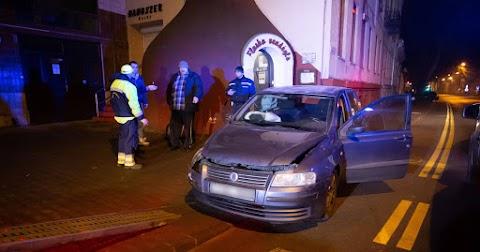 Falnak csattant autóhoz és óvodaudvarra riasztották a tűzoltókat